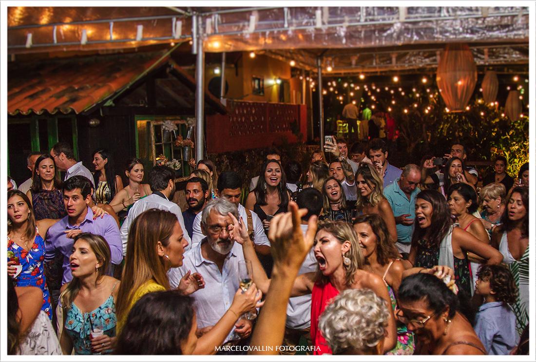 Convidados curtindo a festa de casamento em Arraial do Cabo