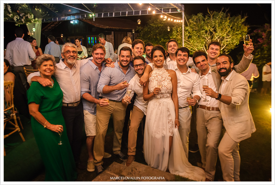 Foto da noiva com amigos em festa de casamento na praia