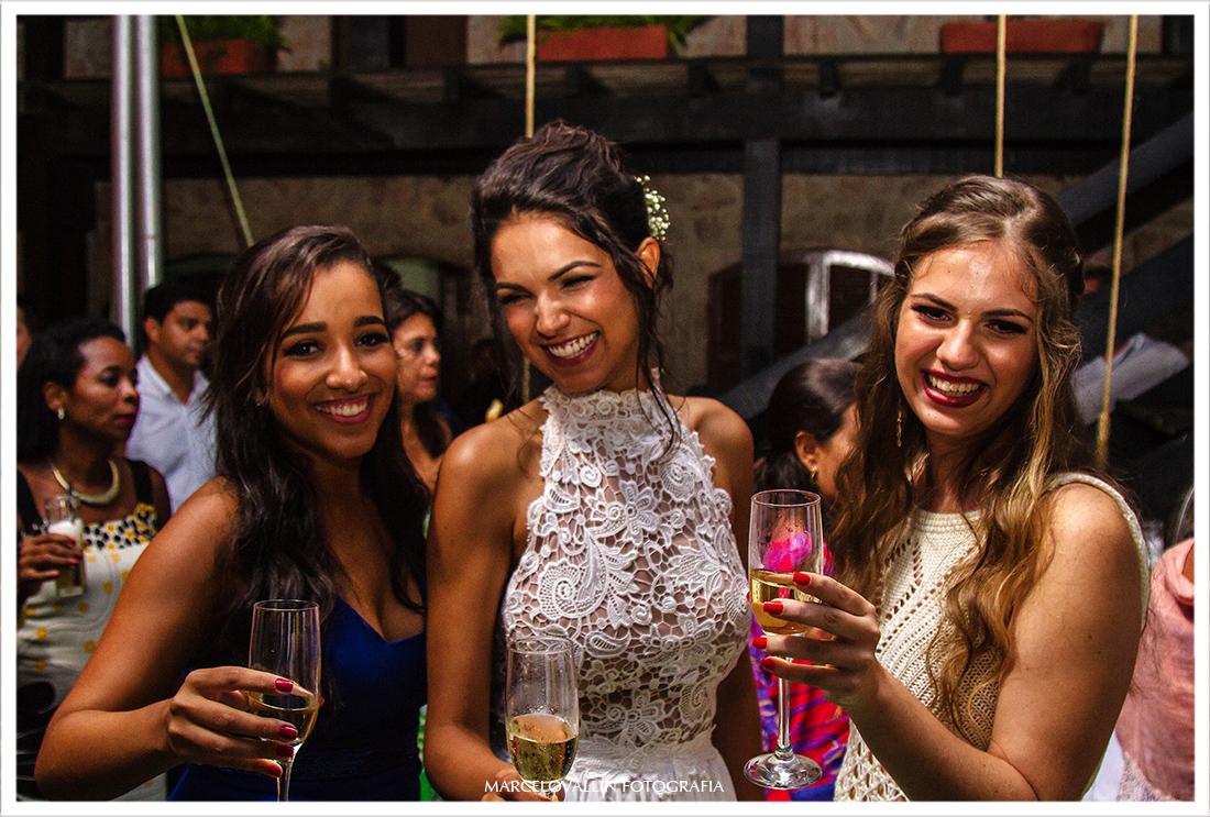 Foto da noiva com irmãs em festa de casamento