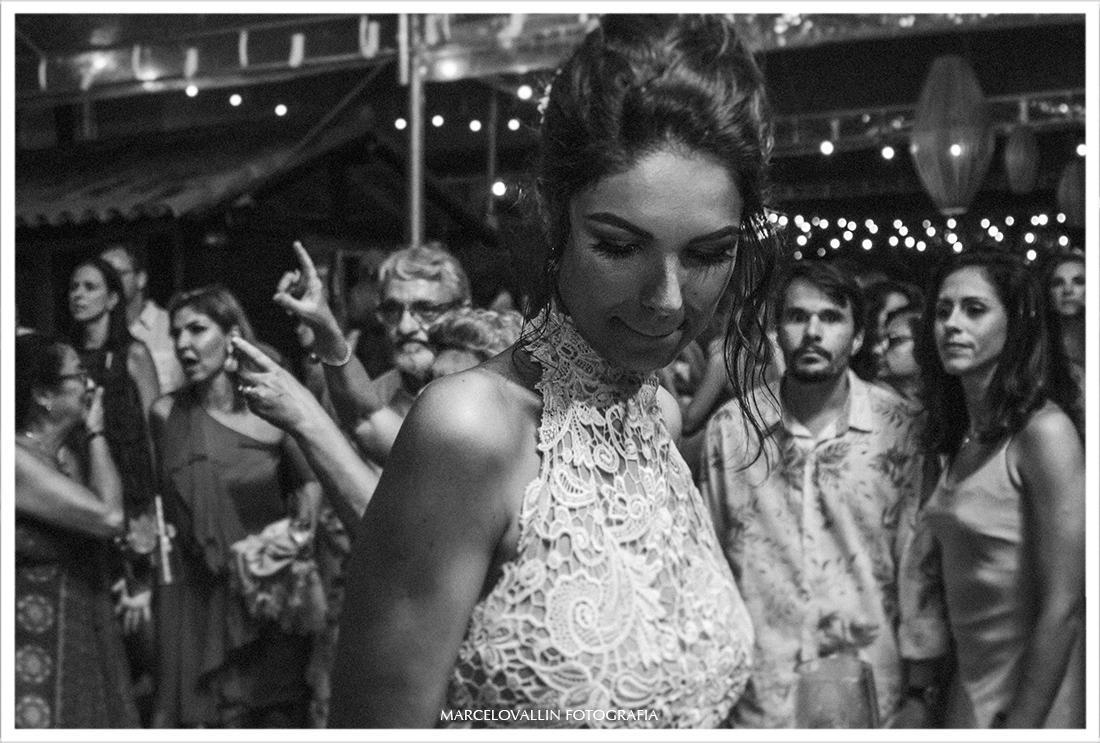 Fotografia de Noiva dançando em festa de casamento