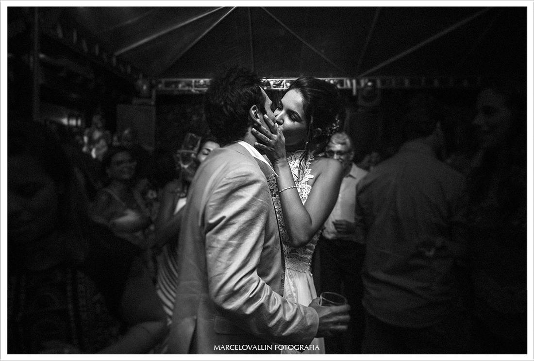 Noivos se beijando na pista de dança