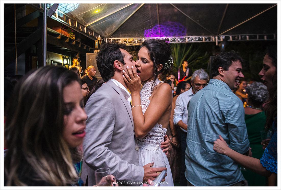 Casamento na praia | Arraial do Cabo, noivos se beijando