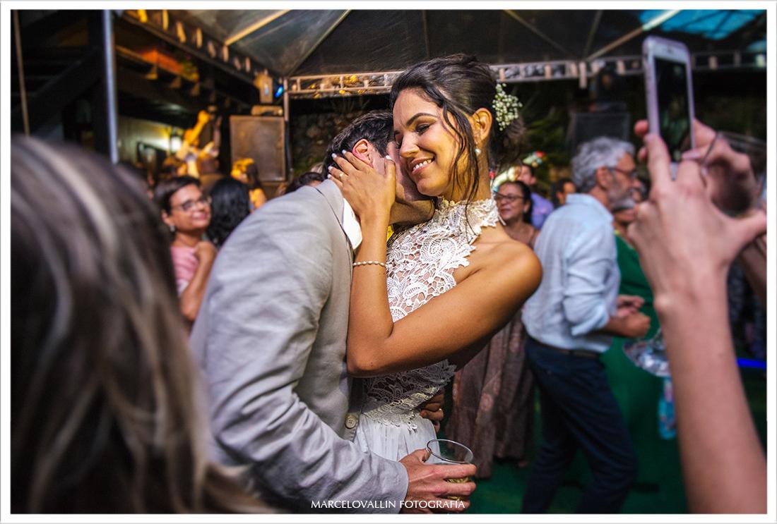 Noivo fazendo carinho na noiva na pista de dança