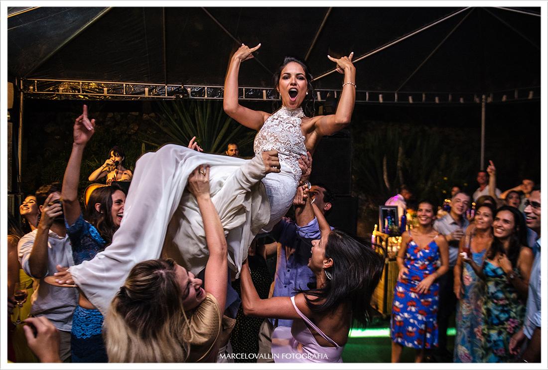 Amigas jogando a noiva para alto em festa de casamento