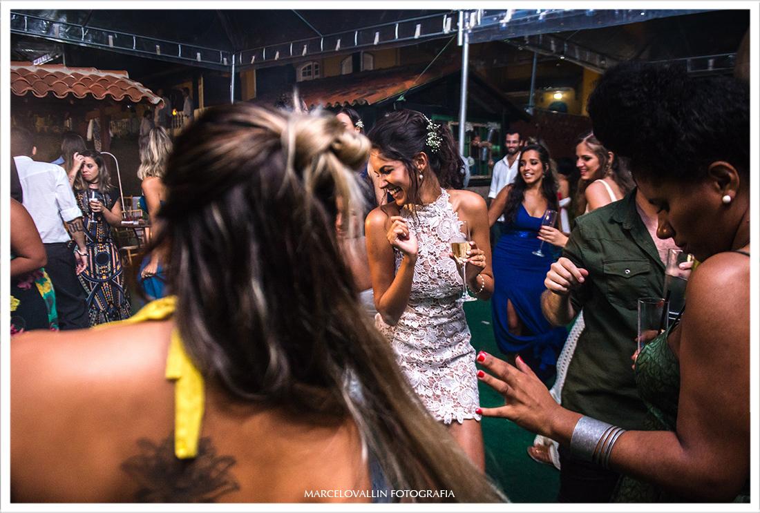 Noiva danando em festa de casamento - Arraial do Cabo