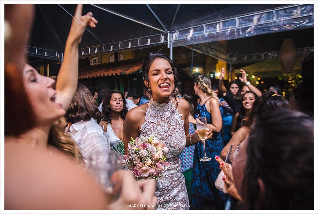 Noiva sorrindo e danando em festa de casamento
