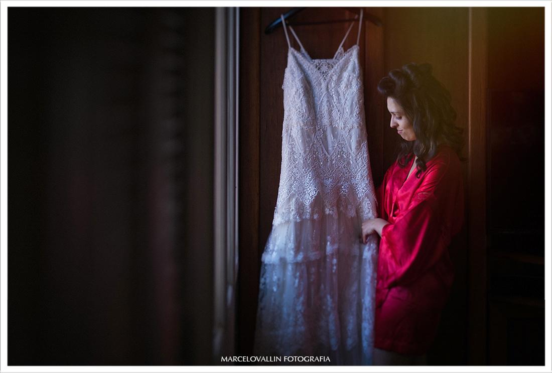Noiva segurando vestido em making of