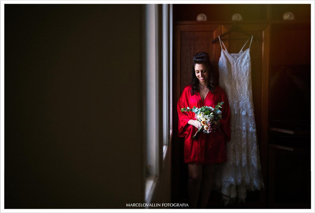 Foto de noiva ao lado do vestido com buque