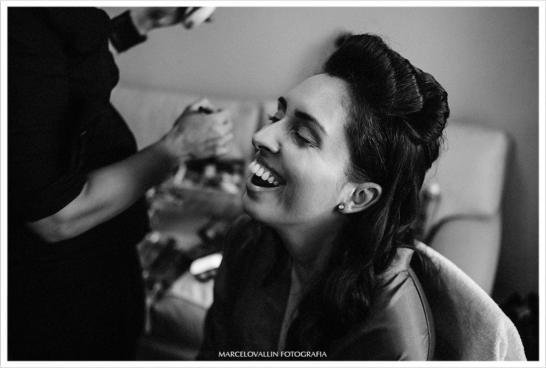 Foto da noiva sorrindo em making of no Sítio Pedaço do Paraíso