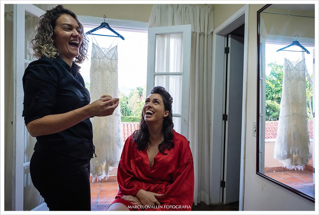 Casamento RJ, foto de momento descontraído no making of da noiva
