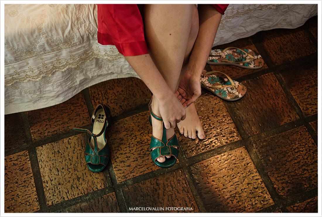 Fotografia de noiva colocando o sapato