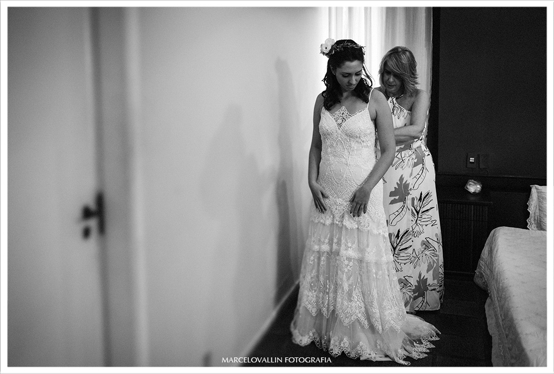 Fotografia de casament rj, noiva colocando vestido
