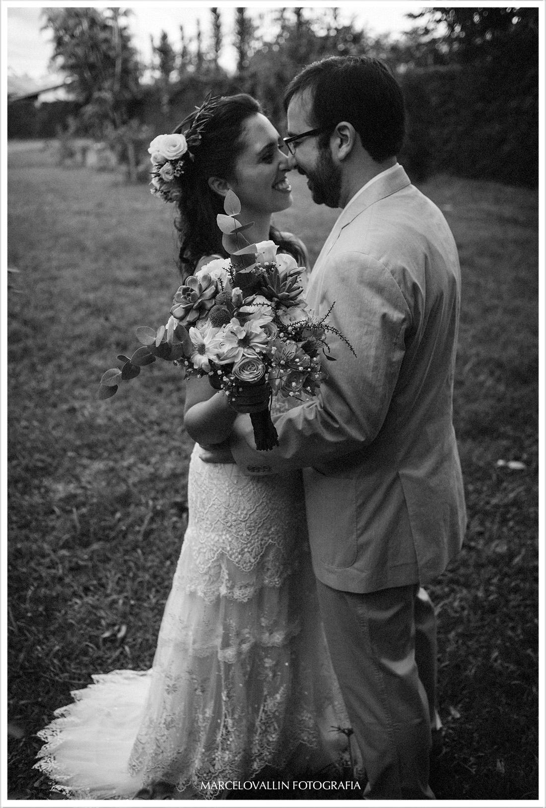 Noivo vendo a noiva vestida pela primeira vez