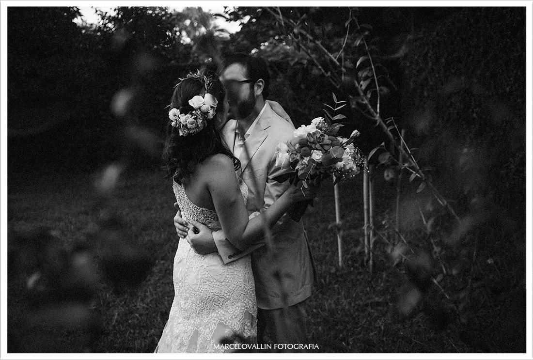 Foto do beijo dos noivos em ensaio fotográfico