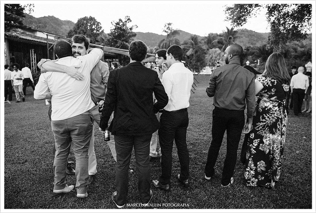 Foto de Abraço de amigos em cerimonia de casamento