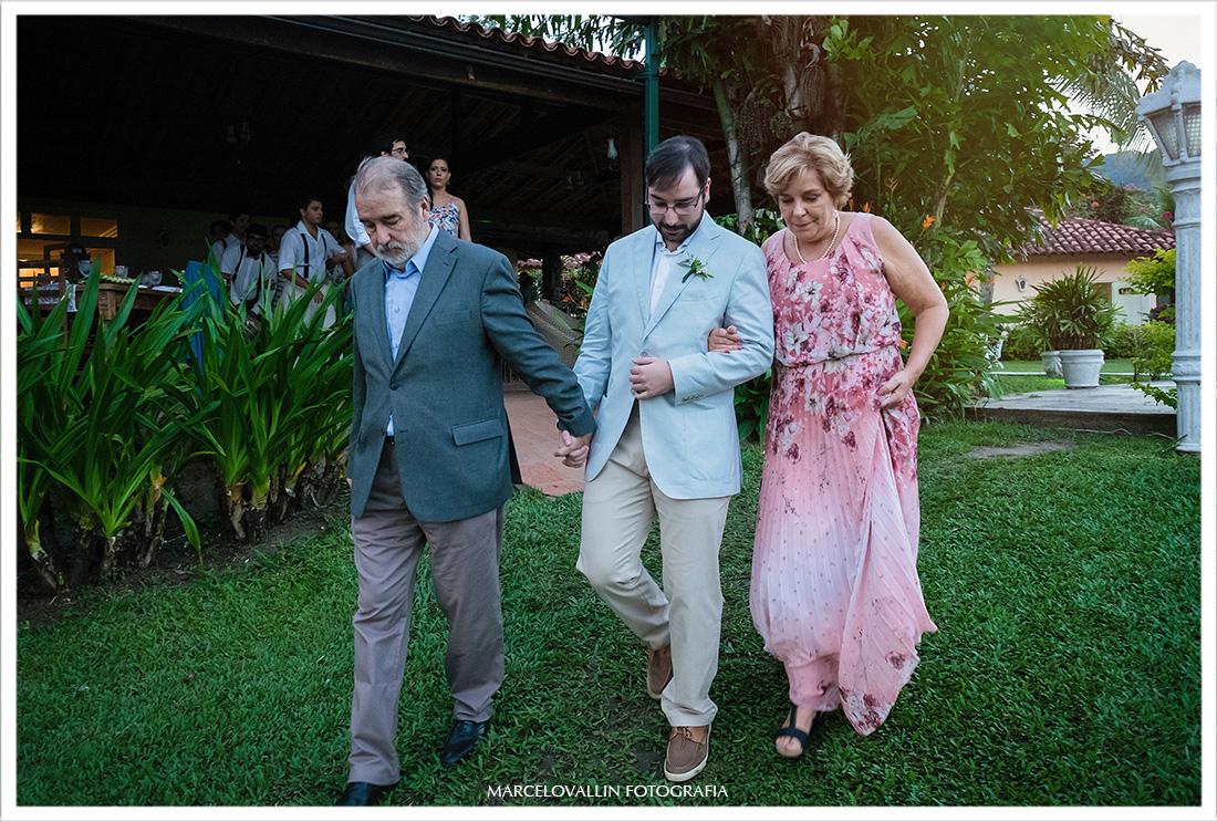 Noivo entrando na cerimonia com seus pais