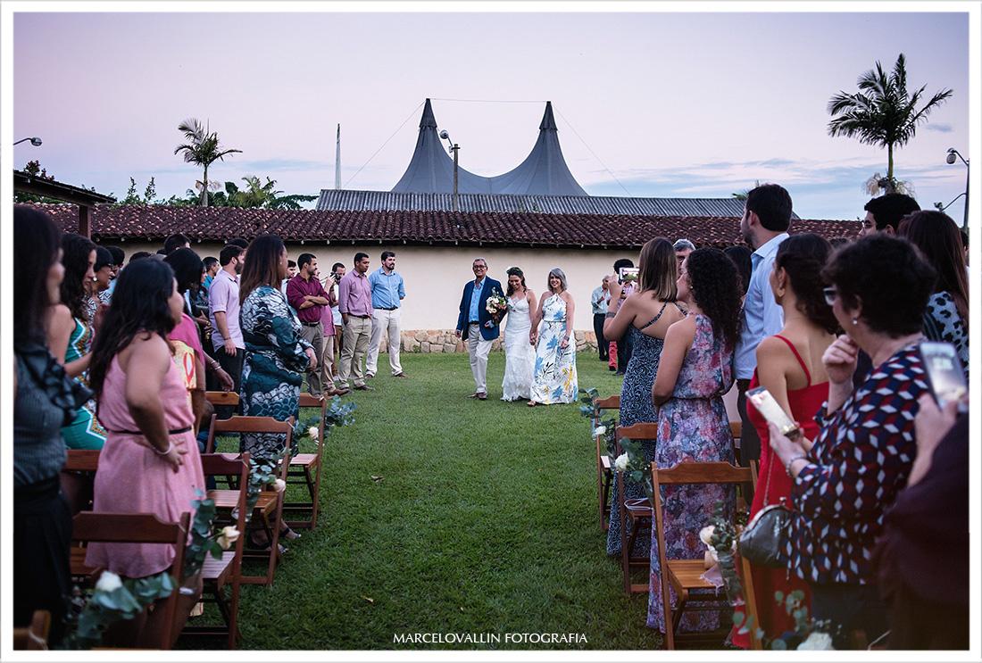 Foto da Noiva entrando na cerimonia com seus pais