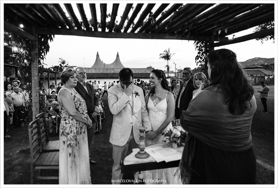 Foto do noivo emocionado em cerimonia de casamento
