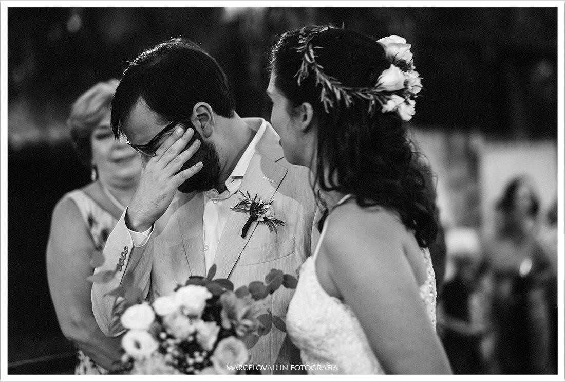 Noivo emocionado em cerimonia de casamento