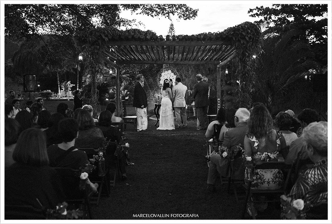 Foto dos noivos em casamento ao ar livre