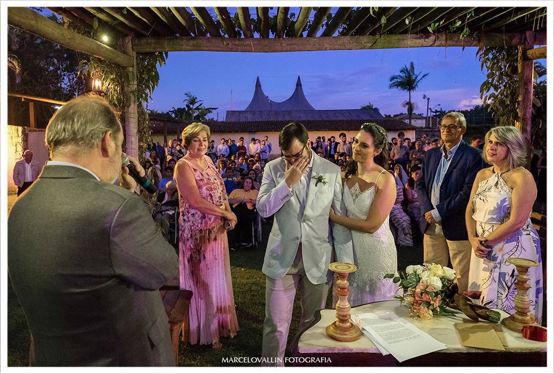Noivo chorando em cerimonia de casamento ao ar livre