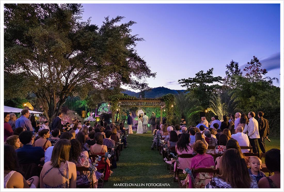 Foto de cerimonia de casamento ao ar livre com luz natural