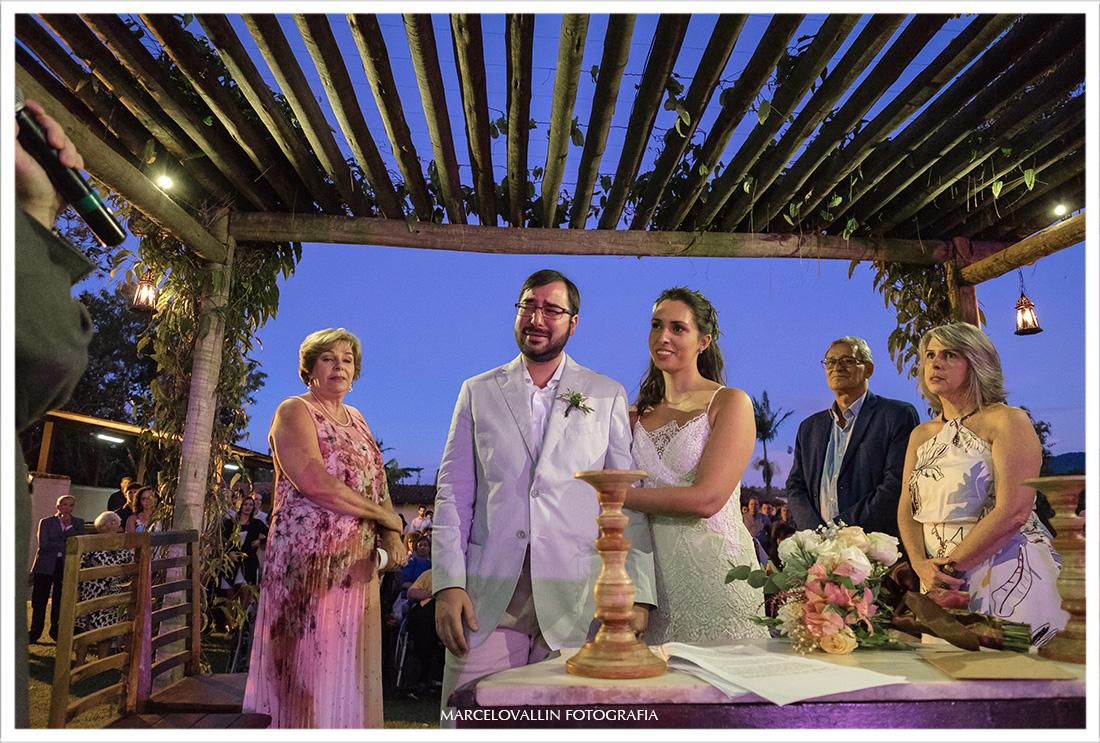 Fotografia dos noivos em casamento no Sítio Pedaço do paraíso