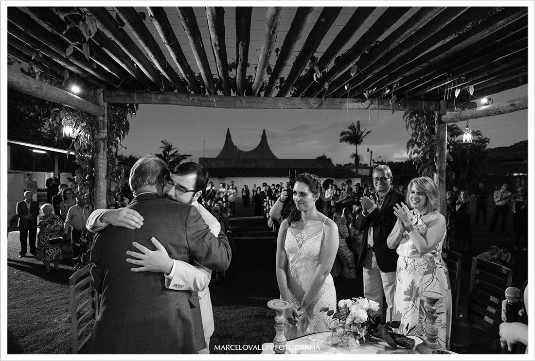 Noivo abraça o pai em cerimonia de Casamento
