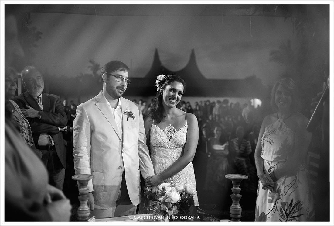 Noiva sorrindo em cerimonia de casamento - Vargem grande