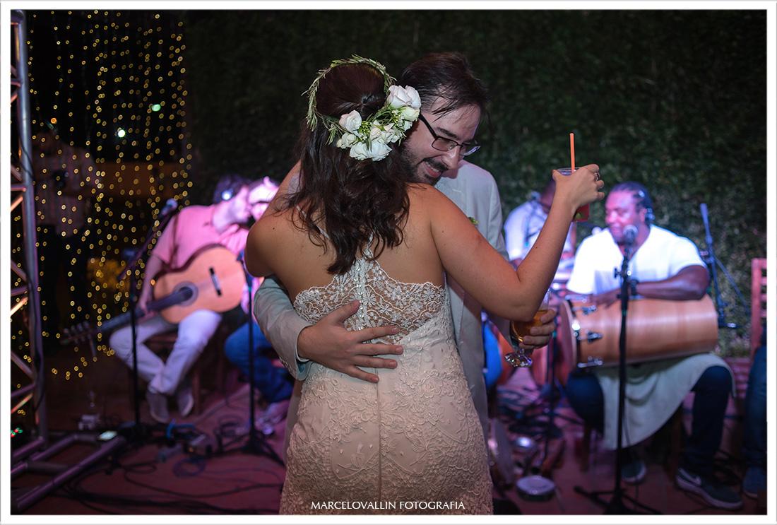 Foto dos noivos dançando em festa de casamento
