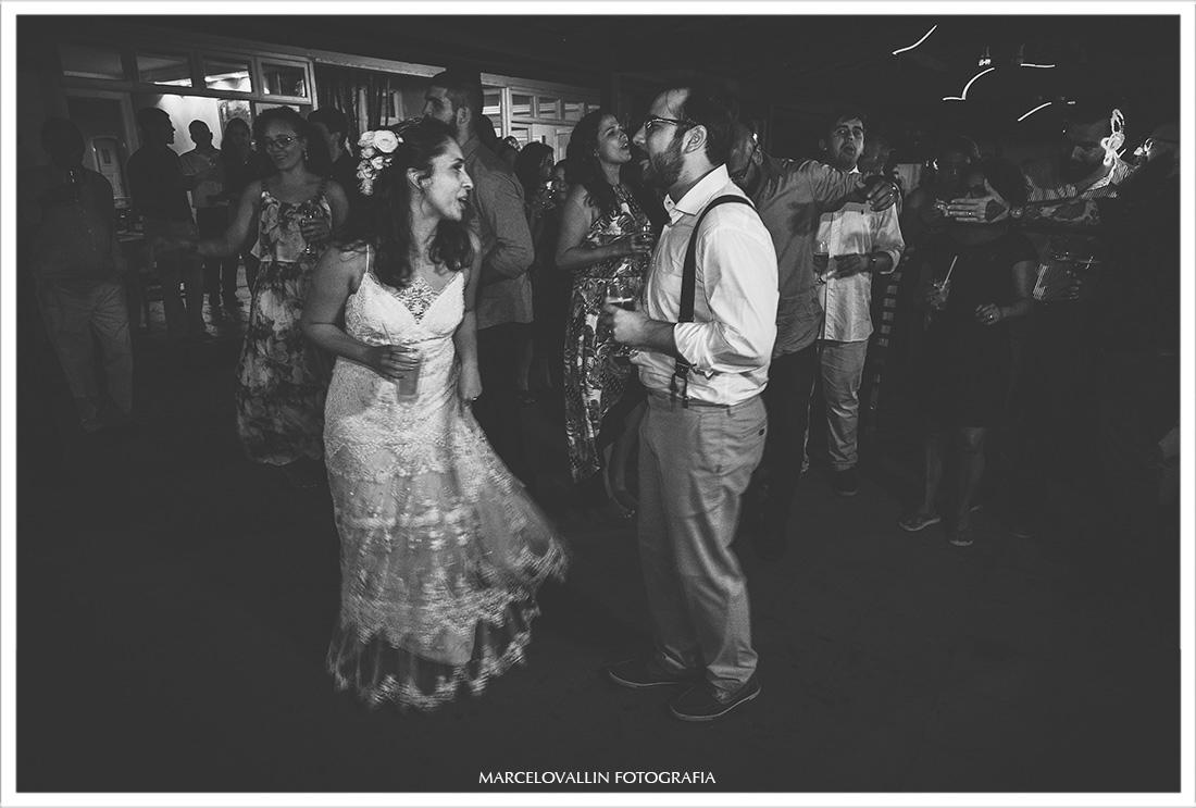 Foto dos noivos dançando em festa de casamento no Sítio Pedaço do Paraíso