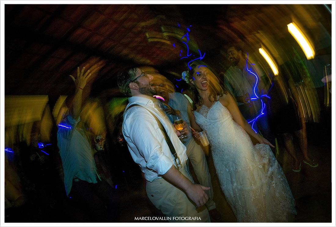 Fotografia dos noivos dançando em festa de casamento