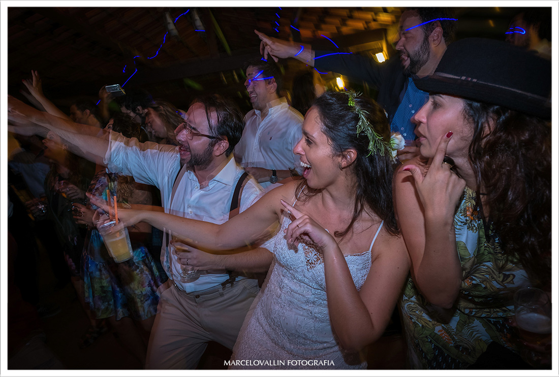 Noivos e amigos dançando em festa de casamento