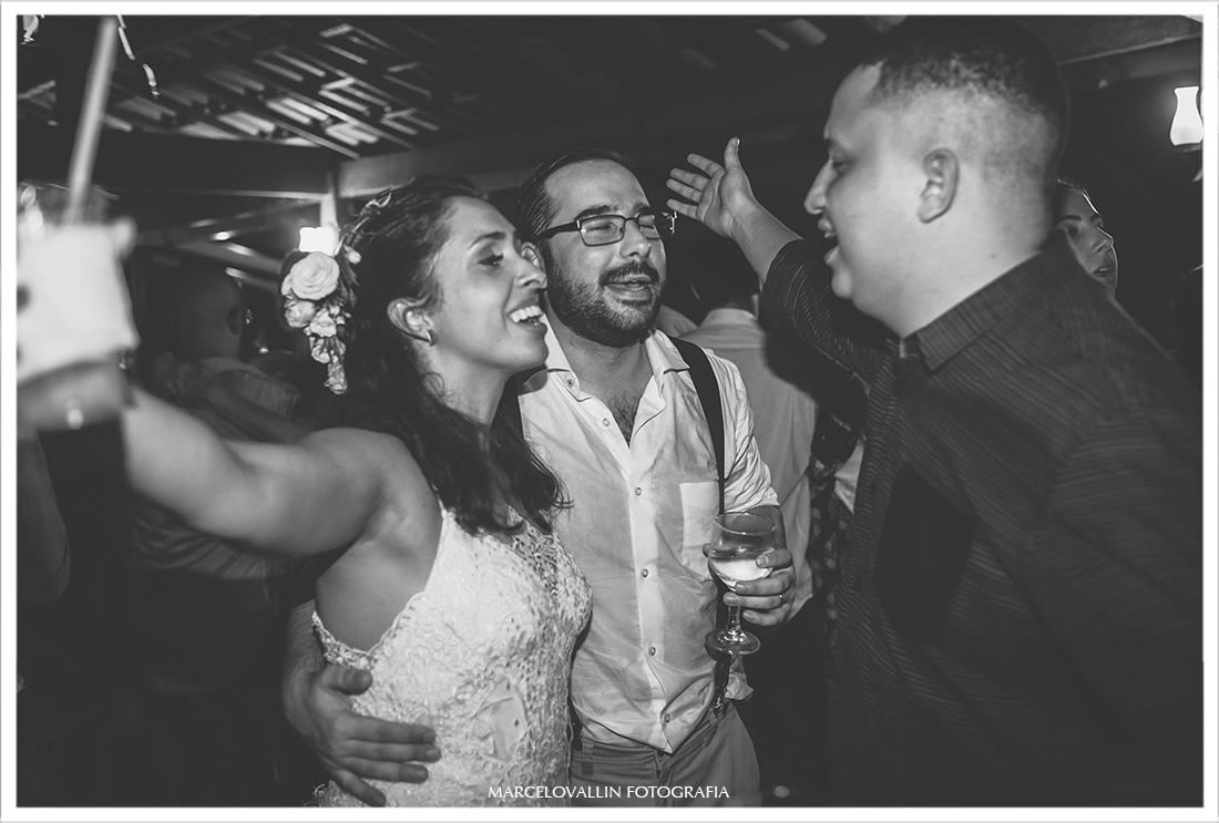 Foto dos noivos com amigos em festa de casamento