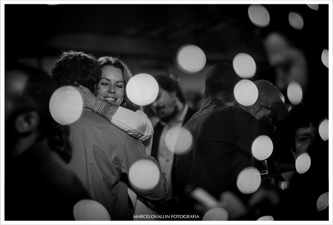 Convidados dançando em festa de casamento