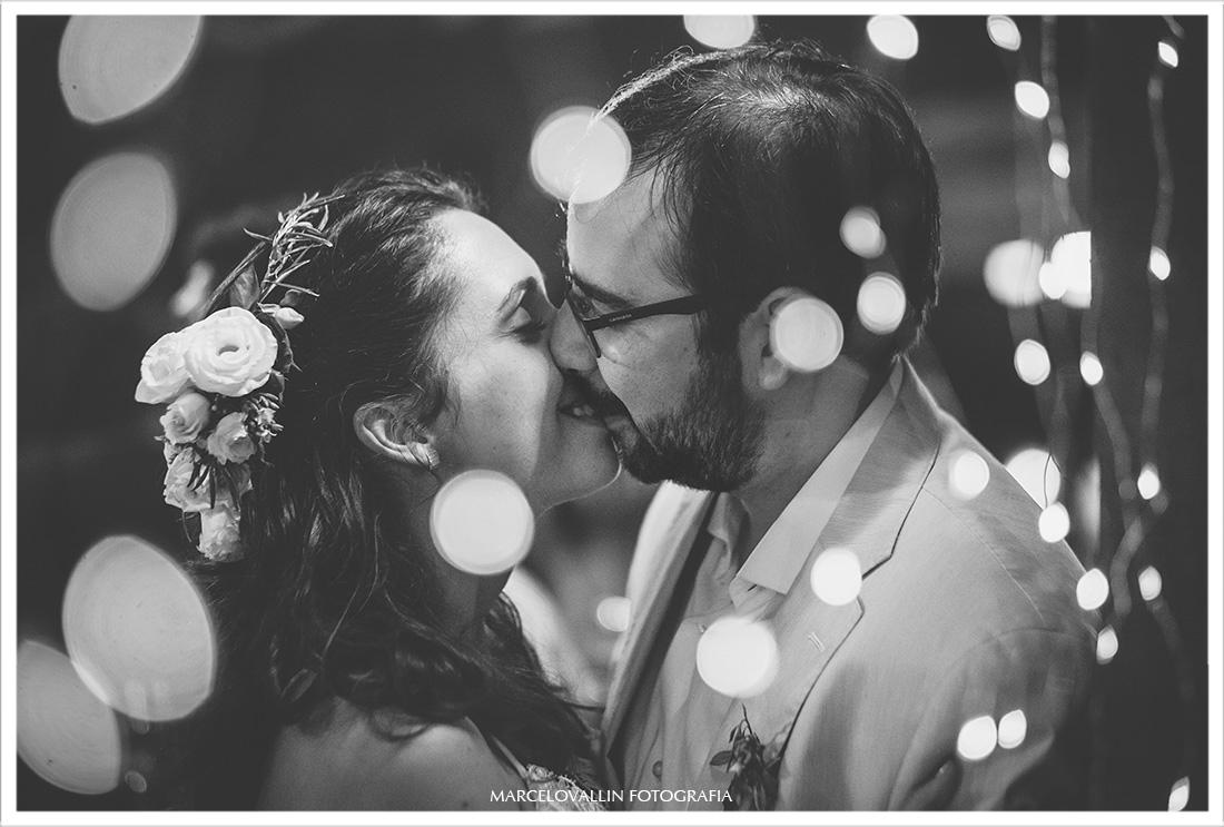 Foto dos noivos se beijando em festa de casamento rj