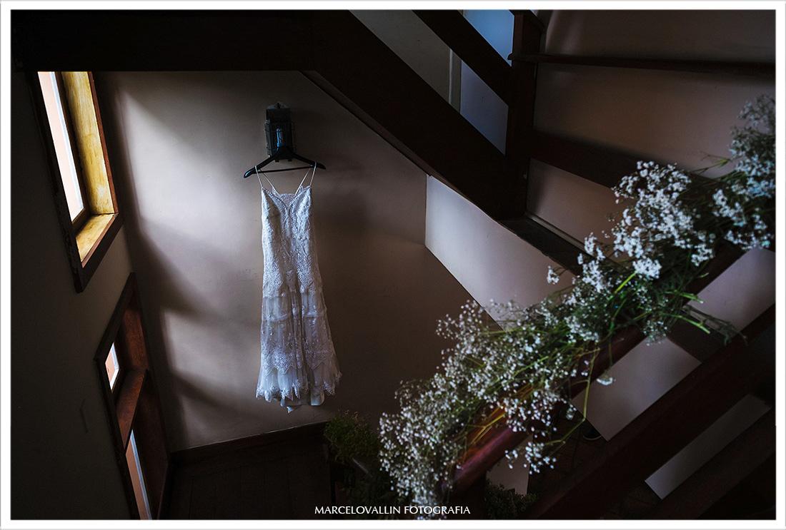 Vestido de Noiva pendurado na parede da casa