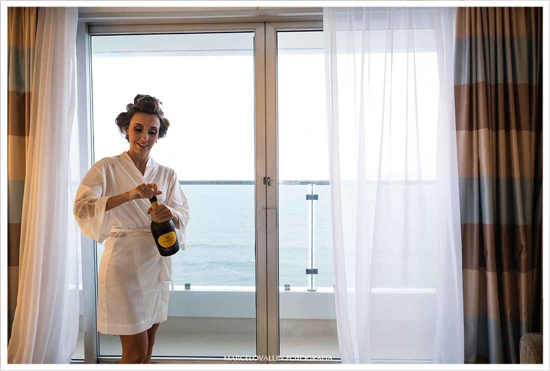 Noiva abrindo espumante em making of hotel Sheraton São Conrado RJ