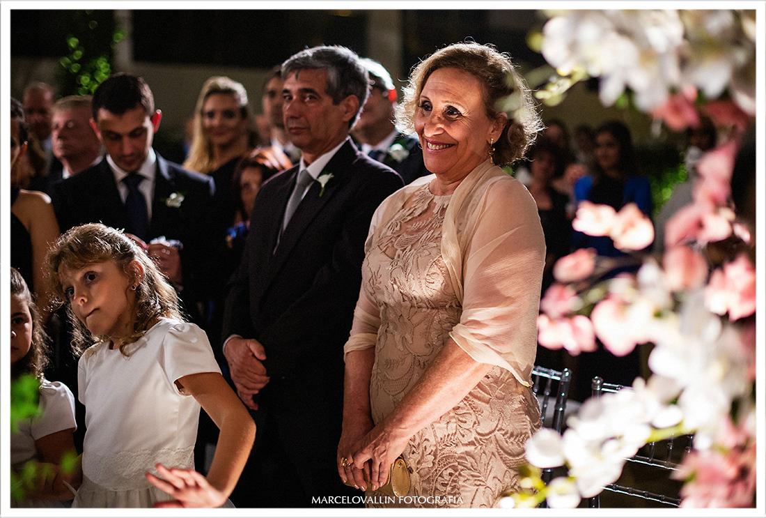 Mãe da noiva sorrindo em cerimonia de casamento