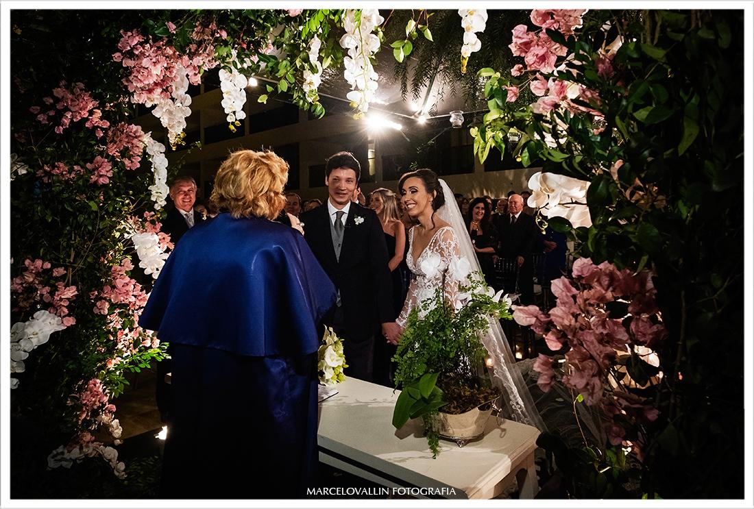 Noivos sorrindo em cerimonia de casamento!