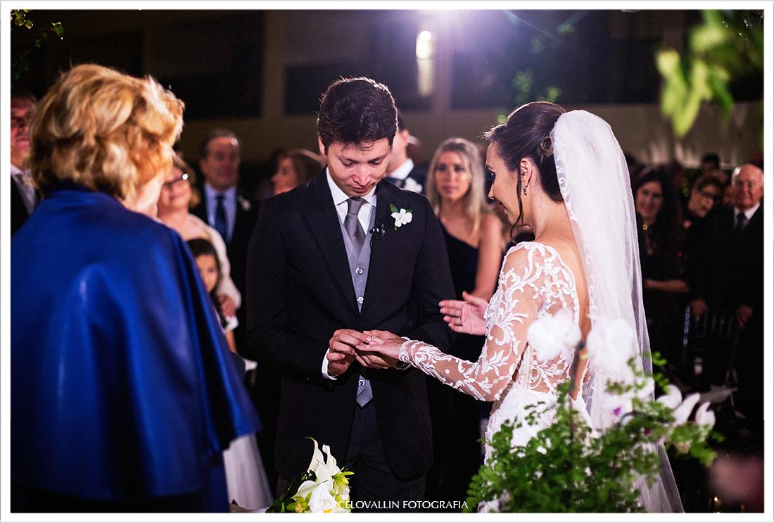 Foto dos noivos trocando alianças