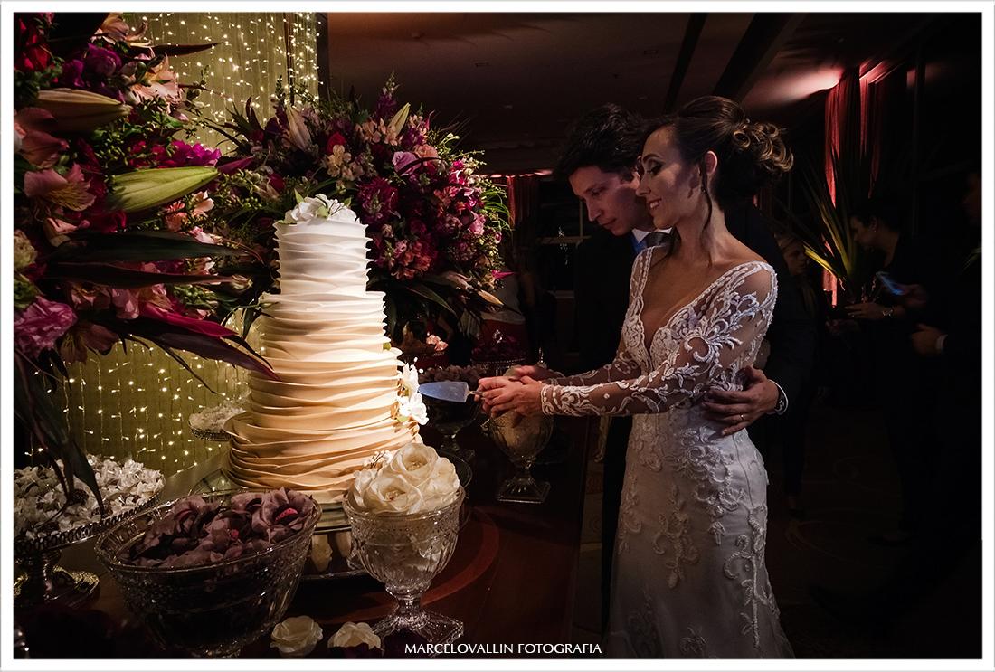 Foto dos noivos cortando Bolo - Casal Garcia Bolos