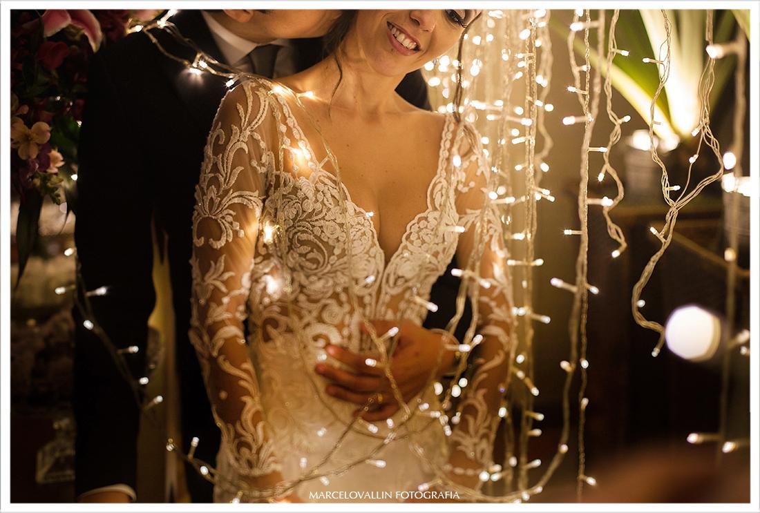 Foto dos noivos entre leds em festa de casamento rj