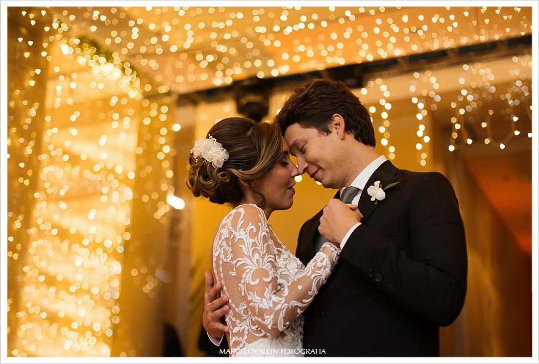 Noivos dançando em festa de casamento RJ
