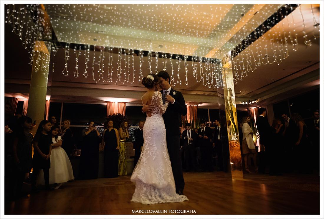 Noivos abrindo salão dançando