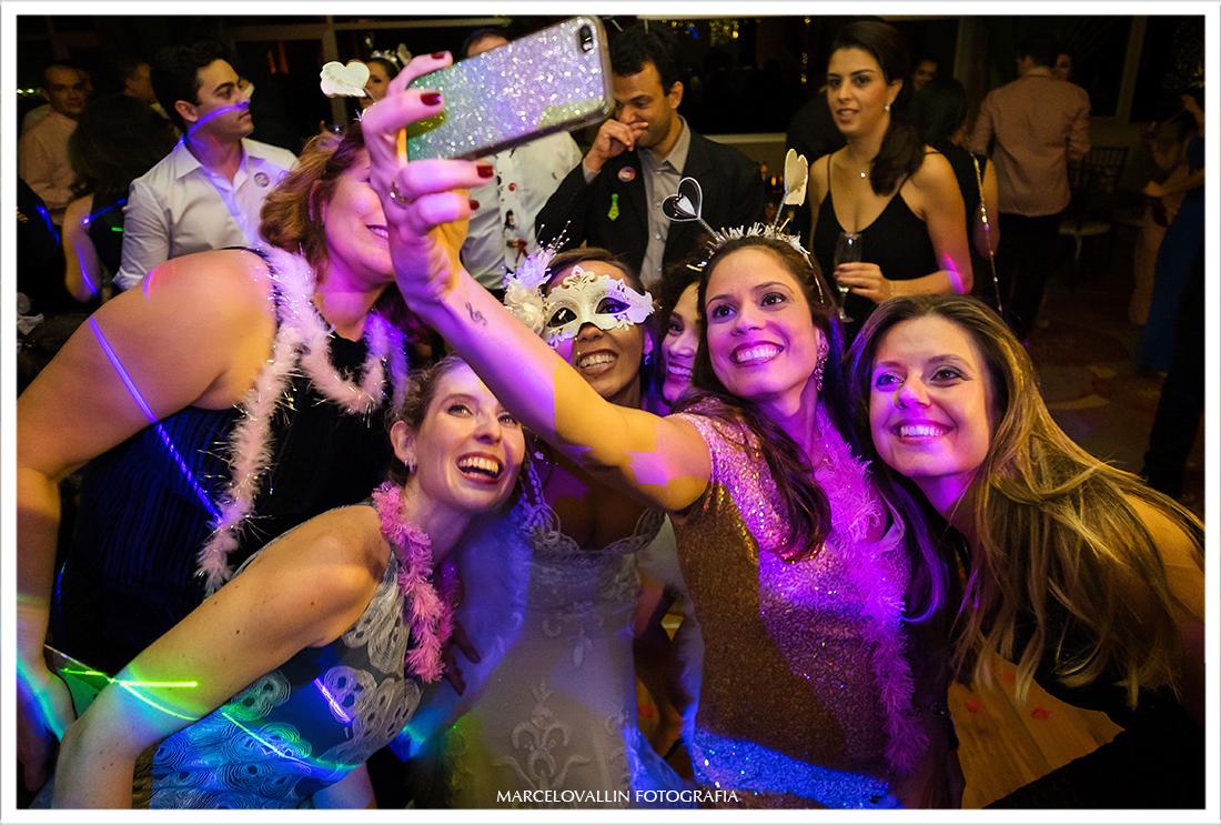 Selfie da noiva com amigas