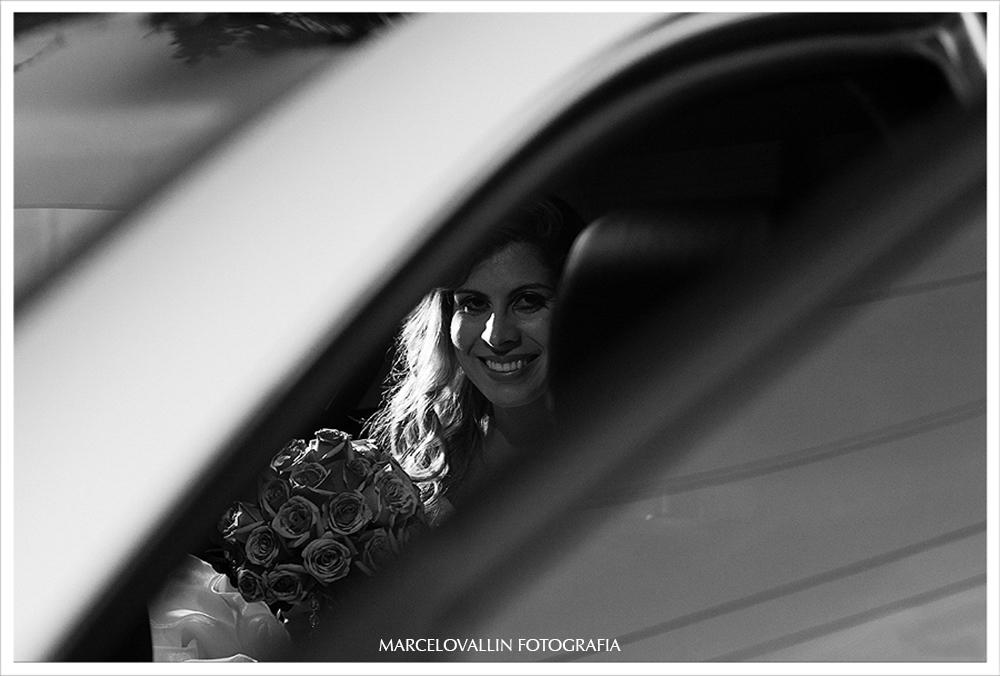 Foto de noiva saindo do carro