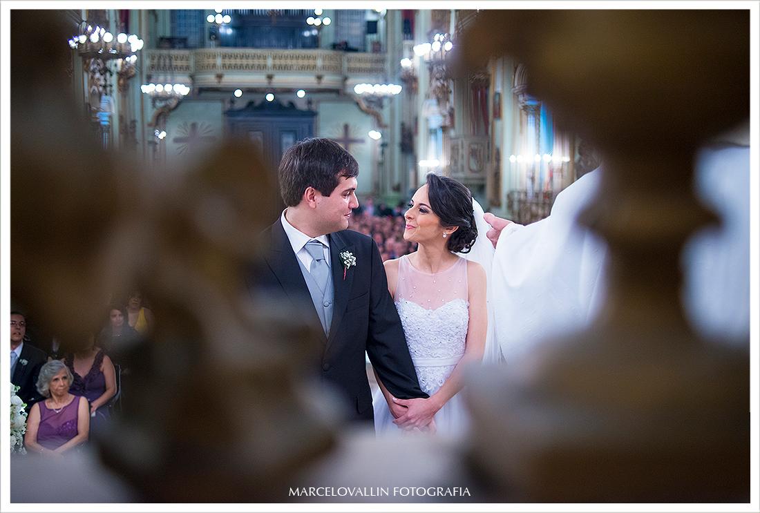 Foto dos noivos se olhando na cerimonia de casamento Igreja São José
