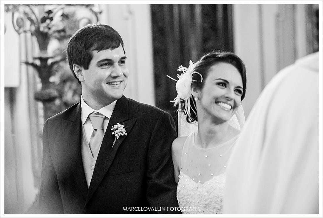 Foto noivos sorrindo - Igreja São José