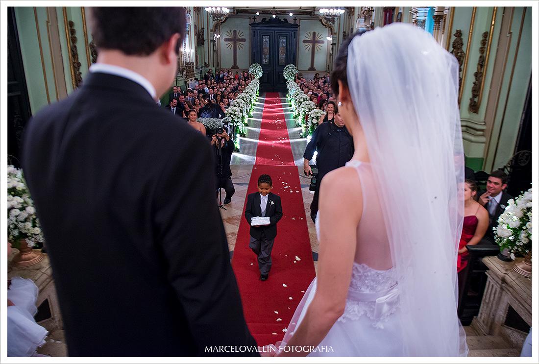 Foto de casamento - Criança trazendo alianças